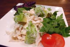 料理メニュー写真鶏ささみとアボカドのあっさりサラダ仕立て