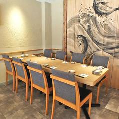 店内は、大小テーブル席や個室・カウンター席が配されたゆとりの空間。