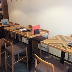 店内入ってすぐのテーブル席では笹塚の景色を眺めながらお料理を楽しめます♪