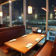 窓際のテーブル席【新宿でお食事処、宴会を実施するお店をお探しなら北海道へ】