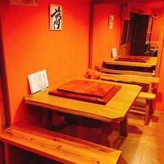 4名様×3席。木の暖かみを感じる落ち着いた店内。女子会やママ会などに最適なテーブル席です。落ち着いた雰囲気の店内でゆっくりお食事を愉しむことができます。