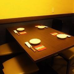 【店内唯一の広々テーブル席空間】店内に1卓だけある、広々テーブル席。お隣の席がないので気兼ねなくお寛ぎ頂けます。