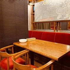 2~4名様でご利用いただけるソファー席です☆コロナ対策のために席と席の間にブラインドを設置しております!隣のお席を気にすることなくごゆっくりおくつろぎください♪