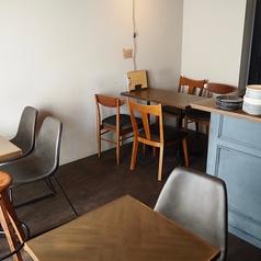リニューアルした3Fには、使い勝手の良いテーブル席がございます。ふき抜けの天井やむき出しの柱・配管がおしゃれ☆大衆カフェとは違ったおこもり感のあるカフェ空間でおくつろぎ下さい♪テーブルを連結すれば6名様までのご利用が可能!女子会などにもおすすめです♪嬉しいデザート2種り付きのコースもご用意しております♪