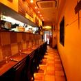 《1階》 2フロアの店内、1階はカウンターのみの落ち着いた大人の空間がひろがります。地下フロアでご宴会がある場合でも、ゆっくりお食事をたのしめます!