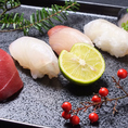 口に運びやすいサイズの握り寿司。繊細な手仕事をお愉しみ下さい