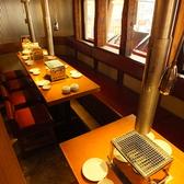 【個室感あるお席】入口左手にあるテーブル席は個室感があり、プライベートにも宴会にも最適です。