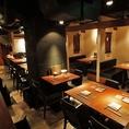 女子会、仕事帰りの飲み会に!オープンな雰囲気が心地よいテーブル席。
