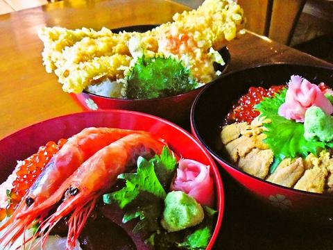 旅先にうまいものあり!豪華丼に大満足間違いなし。新鮮な魚介類が味わえる店。
