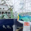 『とろさば』は、東北近海(八戸沖・三陸沖)の漁場から直送しています。サバは、寒い地域で脂を蓄えた後に南下するという性質を持ち、食通の間では「戻りの鯖」と呼ばれ、この地域の鯖が最上とされています。