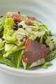 料理メニュー写真まぐろと白菜の塩昆布サラダ