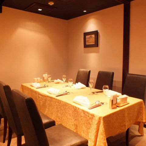 4~8名様までご利用いただける落ち着いた雰囲気のカーテン仕切りの個室です。