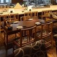 賑やかな雰囲気の店舗の中心に位置するテーブル席。広めのお席は窮屈さを感じさせません。月替わりの飲み放題付き宴会コースは、全8品4000円からご用意。旨い日本酒と旨い料理をどうぞご堪能下さい。