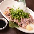 料理メニュー写真薩摩知覧鶏のタタキ 特製九州醤油DE