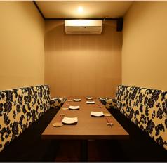 少人数向け個室もございます。接待・食事会も周りに気兼ねなく愉しんで頂けます。