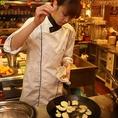 梅田イタリアンバル【BACCA】では、農家さんから直接こだわりのオーガニック野菜を頂くので、化学調味料なんて一切使いません。ドレッシングやソースも自分たちの手で仕込んでお届けしています。調理段階をお見せするために調理場はガラス貼りにし、すべてのレシピを公開できます。