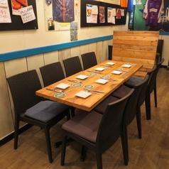 4名用テーブル4卓ご用意致しております。テーブルは結合可能です。8名テーブルや12人、16人テーブルでご利用も可能です。宴会等にも快適にご利用頂けます。また、カウンター上部に大型TVが2台ございます。スポーツ中継を見ながらの贔屓チームの観戦会等にも最適なお席となります。