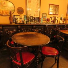4人掛けのローテーブル。最大6人まで座れます。ハイテーブルよりゆったりできる人気席です。