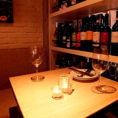 ワインボトルが並ぶ席はデートにも人気。