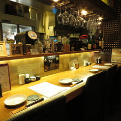 【カウンター】オキッチンから見える風景をご覧になりながらお食事をお楽しみください☆会社帰りのちょい飲みやデート、ご友人とのお食事は、当店カウンター席がおすすめ。お酒は日本酒や焼酎、ワインにカクテルと多彩にご用意☆当店自慢の焼き鳥と美味しいお酒で楽しいひと時をお過ごしください☆
