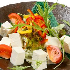 料理メニュー写真島豆腐のヘルシーサラダ