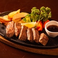 ボリューム満点のステーキなどの肉料理!