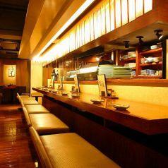 九州の屋台を思い出す活気あるカウンター席