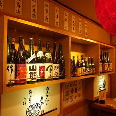テーブル席横には多種類の日本酒をご用意!コース予約で日本酒一本プレゼントイベントも開催中です!是非ご要約お待ちしております。