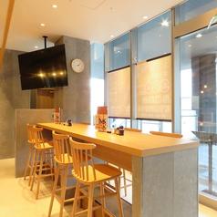 .仕事終わりのサク飲みや、1人飲みなどで利用しやすいカウンター席♪ぜひお気軽にお立ち寄りください!焼酎・日本酒・ワイン、豊富に取り揃えてあります。