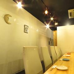 鉄板を目の前に食事を楽しめる特等席!