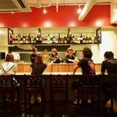 オープンキッチンの臨場感が味わえる広々カウンター席