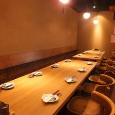 入口あけてすぐのテーブル席は、~8名テーブル×2卓ございます。人数に合わせて配置の変更も可能!