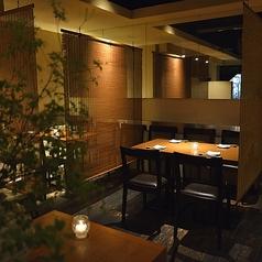 開放感あるフロアの中でも、奥のテーブル席はロールカーテンで仕切りを入れることができ、プライベート感を演出。ご友人同士、ご家族、同僚との飲み会にぴったりです。