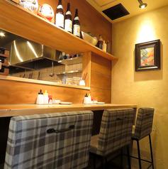 カウンター席もご用意しています!カフェのようなウッド調のインテリアで統一されたおしゃれな店内。女性が一人でも立ち寄りやすい雰囲気も魅力のひとつです。餃子×パーフェクトサワーで、お仕事帰りにぜひ一杯☆お気軽にお立ち寄りください♪