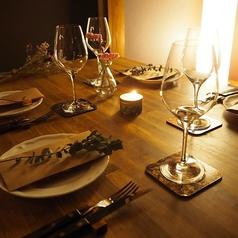 緑に囲まれた癒し空間で、ゆったりお食事を…。店内には観葉植物や多肉植物などのインテリアや、テーブルセッティングにもグリーンが散りばめられ、居心地の良い癒しの空間を演出しています。大人の隠れ家の様な、ちょっとした秘密基地の様な、おこもり感のある店内で、本格イタリアンや美味しいお酒をお楽しみください☆