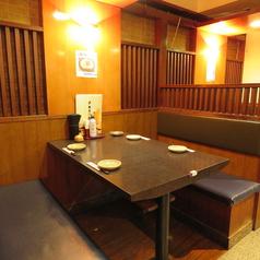 4名様でご利用いただけるテーブル席をご用意しております。明るい店内とは対照的な落ち着いた色の座席は、座り心地が良く、落ち着いてお食事をお楽しみいただけます。