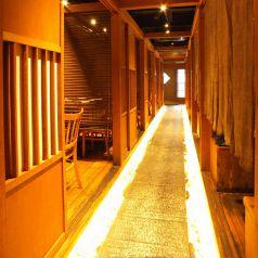 入り口から奥まで続く石畳の廊下が和の雰囲気を感じさせてくれます。