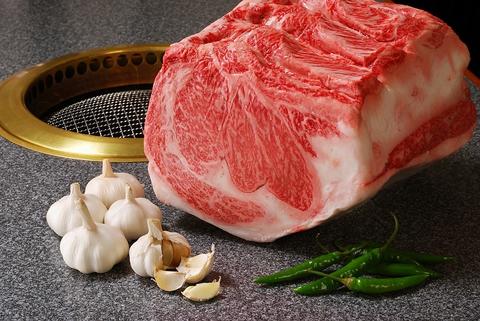上質な黒毛和牛の本場韓国風焼き肉を、広くゆったりとした空間で味わう。