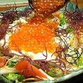 料理メニュー写真<名物>海鮮源ちゃんサラダ