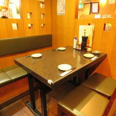 少人数でのお食事にオススメのテーブル席です。どこか懐かしさを感じる店内空間は、清潔感もあるため、デートなどにもおすすめです♪明るく活気のある店内で、ゆったりとした時間をお過ごしください。