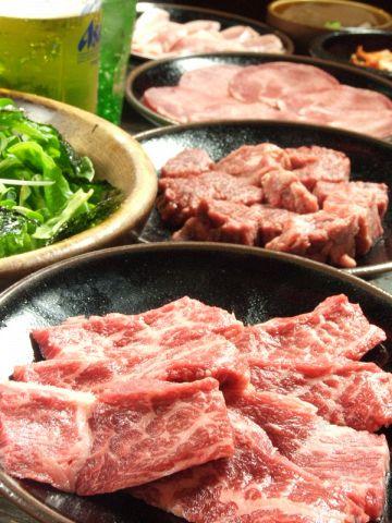 「贅沢コース全9品2000円」のコースが大人気♪お肉はお店で切り分けているので新鮮★