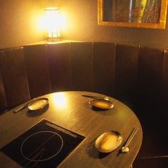 最大6名様がご利用いただけるおしゃれな個室。お仲間とのご宴会にはぴったりの一室です。ゆったりとした個室で当店自慢の日本酒や新鮮かつ旬の魚を使ったお料理と合わせて、楽しく優雅な時間をお過ごしください♪(京都駅 居酒屋 和食 海鮮 日本酒 飲み放題 個室 接待 宴会 女子会 誕生日 記念日)