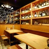 ずらりとワインが並ぶこちらのテーブル席は女子会に◎「気取らず、おしゃれに、かっこよく」をキャッチフレーズに、お酒を飲みながら、ガッツリ肉料理を楽しめる大人のお店です。※画像は系列店