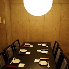 一階奥のテーブル席の個室。