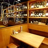 ワインやシャンパンのボトルがオシャレ。男女問わず、気取らずラフに肉とお酒を満喫できる空間が嬉しい。※画像は系列店