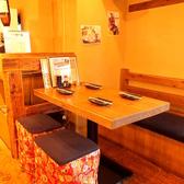 少人数でワイワイと楽しめる居心地の良い半個室のテーブル席!