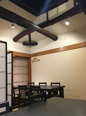 京町家を改装した祇園の路地裏、一軒家。「梁(はり)」が印象的な2Fテーブル席