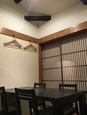 2F座敷にテーブルの4名席。簡単なパーテイションで仕切られています。