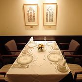 楽しくシックな雰囲気は、落ち着いた空間を演出しております。少人数での個室対応を可能にしたレストランで、本格フレンチを存分にお楽しみくださいませ。