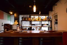 カウンター席で食事やお酒を楽しめます♪種類豊富なお酒がズラリと見渡せるカウンター席では、お好みのお酒がきっと見つかりますよ★気さくなオーナーのおしゃべりも、お楽しみいただけます♪